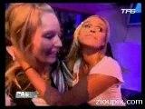 Cecile de Menibus embrasse une fille lesbienne