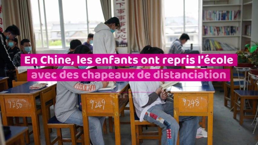 En Chine, les enfant ont repris l'école avec des chapeaux de distanciation sociale