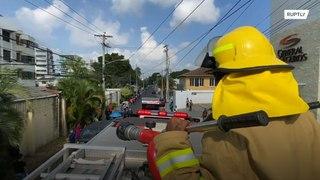 جمهورية الدومينيكان: رجال الإطفاء يرشون من لا يلتزم بالتباعد الاجتماعي !!!