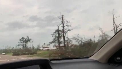 Video: Šest poginulih u tornadima i olujama na jugu i istoku SAD-a