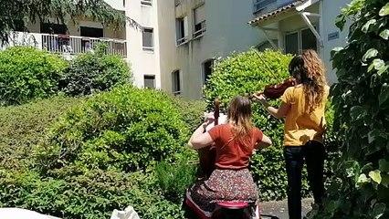 A Castres, deux musiciennes viennent jouer aux fenêtres d'un Ehpad