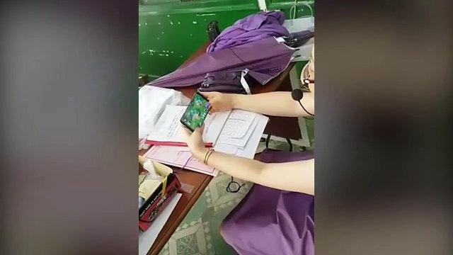 Cô giáo của năm: Cuối mùa lôi điện thoại ra leo rank Liên Quân cùng học sinh khiến cả lớp vỡ òa