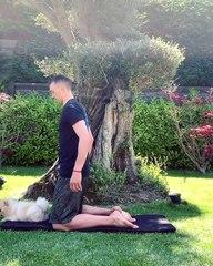 Bahçede yoga yaptı!