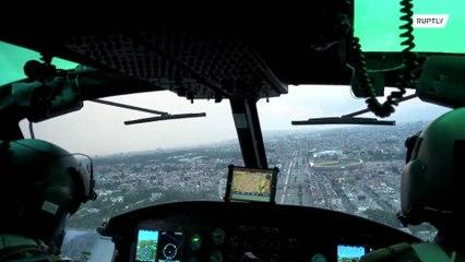 Армейский вертолет напоминает жителям Боготы о соблюдении мербезопасности