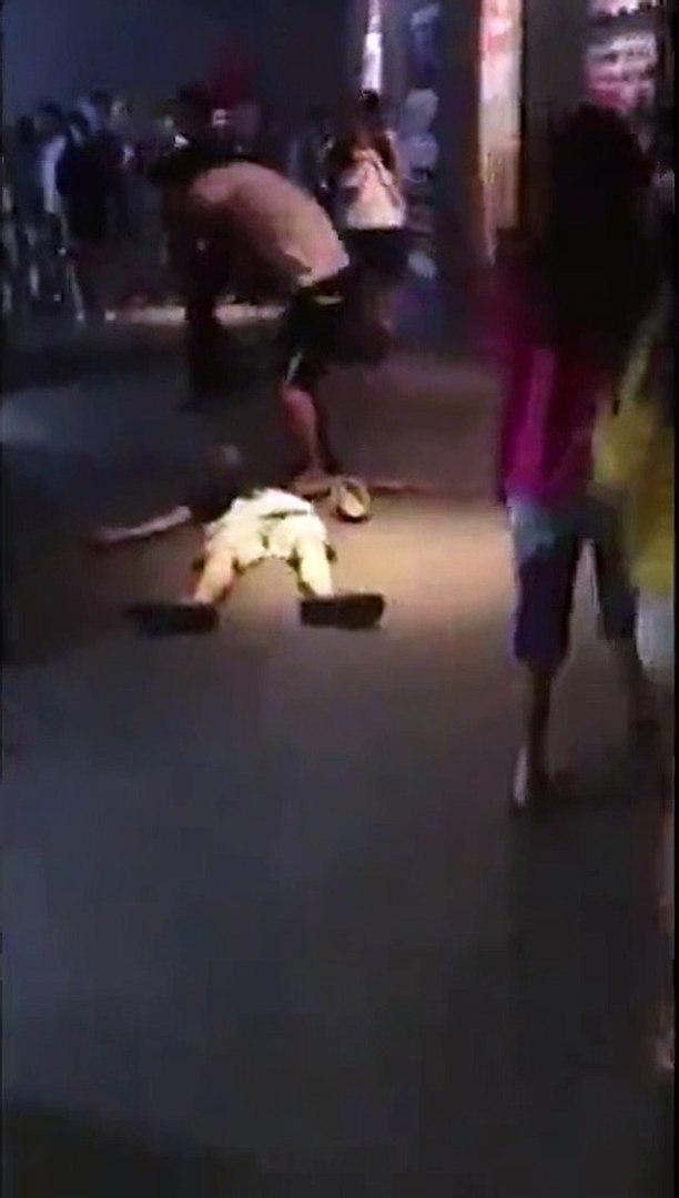 Hai thanh niên nghi ngáo đá: Một người bất tỉnh, một người nhảy múa, gào thét điên cuồng trong rạp c