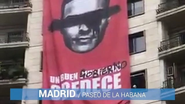 Cartel colgando de un edificio con Pedro Sánchez - Obey - Big Brother