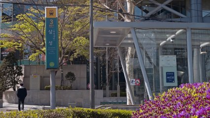 À Séoul, cet immense panneau LCD simule une impressionnante vague en 3D qui s'écrase sur l'écran