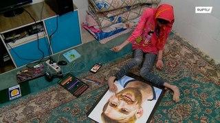 فنانة إيرانية تستخدم قدميها للرسم !!!
