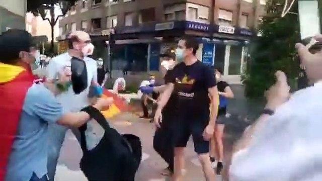 Intento de agresión a unos manifestantes pacíficos con banderas de España y cacerolas en Castellón