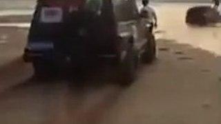 Ces conducteurs roulent sur la plage et vont être surpris par la marée