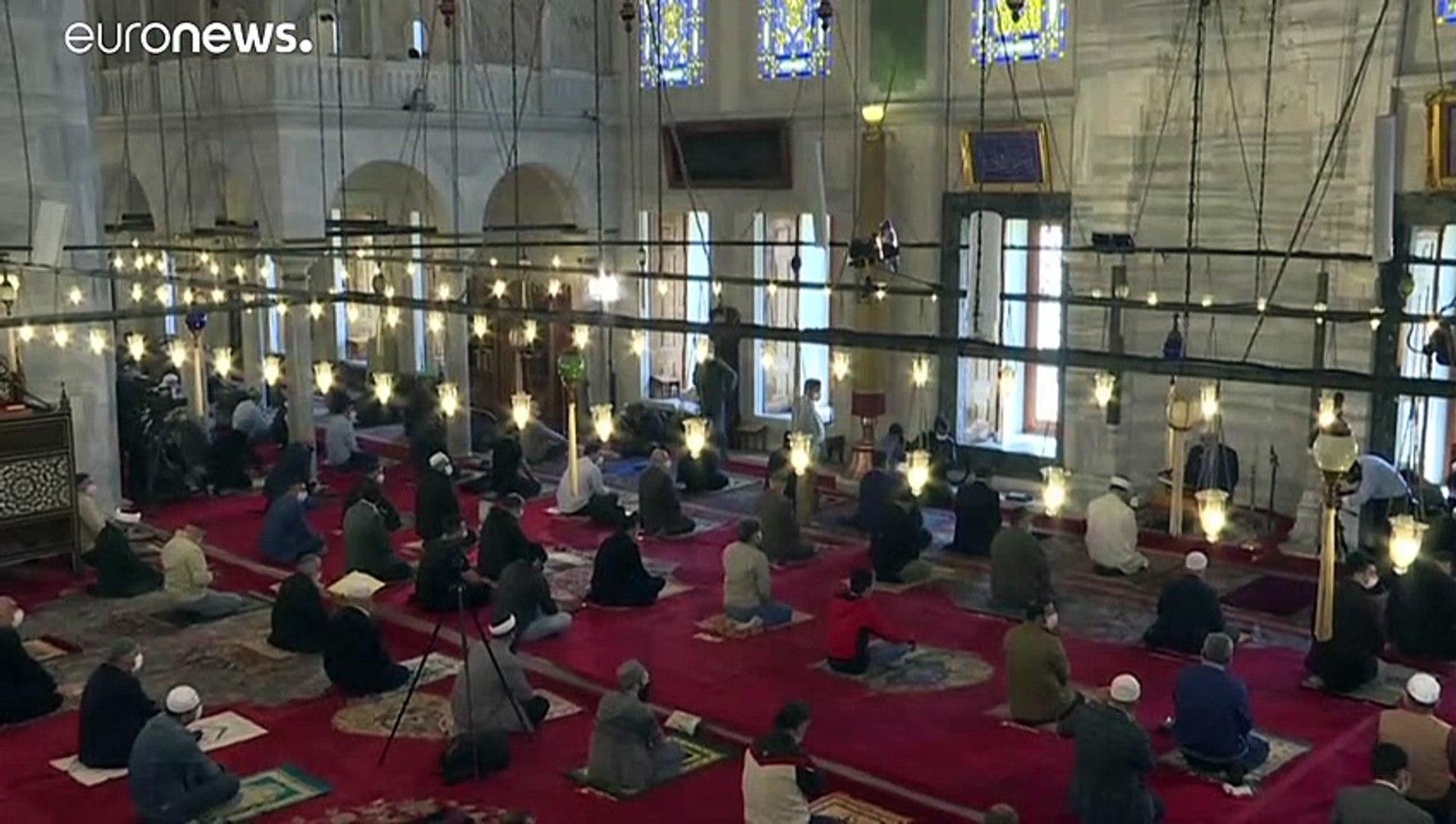 شاهد: المصلون في إسطنبول يؤدون صلاة الجمعة في مسجد الفاتح بعد نحو شهرين من الإغلاق