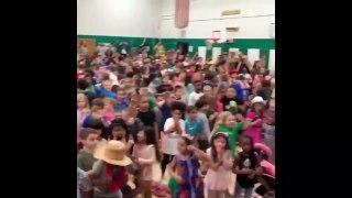 Le chanteur Lil Nas X surprend des enfants pour un concert à l'école !