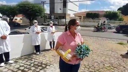 Diretora do hospital de Piancó, vence a Covid-19 e se emociona com homenagem surpresa da equipe