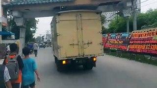 Regardez ce que ce camion transporte sur le toit