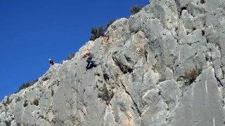 En escaladant une montagne il fait tomber un énorme rocher