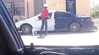 Cet idiot peint sa voiture comme un meuble
