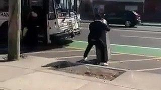 Il veut prendre le bus avec un distributeur de billets qu'il vient d'embarquer