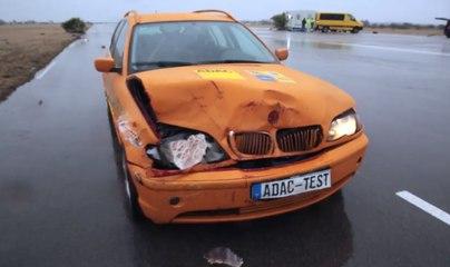 VÍDEO: ¡Coche destrozado! Mira este simulacro de atropello a un jabalí falso a 80 km/h