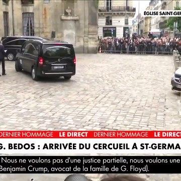 Emue, la veuve de Guy Bedos, Joëlle, applaudie lors de son arrivée à l'église de Saint-Germain-des-Prés à Paris - VIDEO