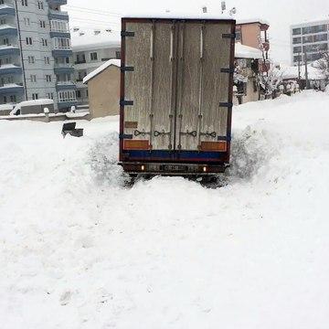 Karda zor durumda kalan tır