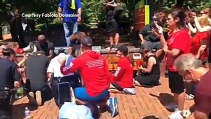 [USA] Des blancs lavent les pieds des Black Lives Matter