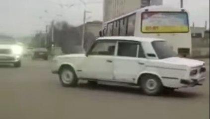 VÍDEO: El colmo del disparate, conducir con el coche al revés