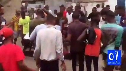 La population réclame la réouverture du grand marché de Kinshasa.  1 mort... Selon S Kasongo, les travaux de réhabilitation de ce marché, ont été suspendu sur ordre du ministre de l'intérieur.