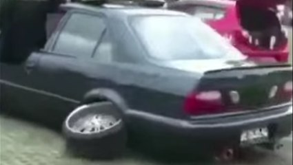 VÍDEO: no tiene ni sentido común ni el del ridículo... mira cómo ha destrozado su coche