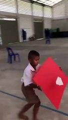 Un enfant fait voler un avion en papier