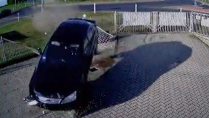 VÍDEO: atraviesa una rotonda por la mitad y se estrella contra una comisaría de policía