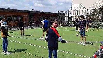 """Au collège Saint-Joseph de Cossé-le-Vivien, les élèves font des parties de """"baby-foot humain"""" afin de respecter les gestes barrières"""
