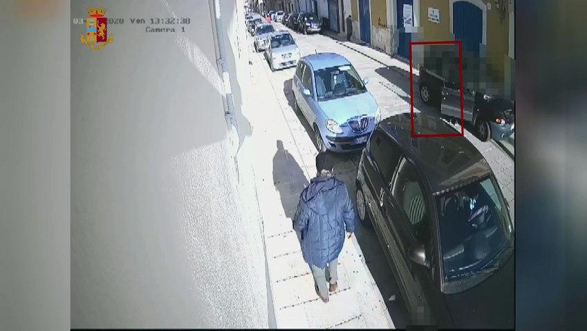 Bari: afferra per il collo 91enne e lo fa cadere per rapinarlo, identificato ed arrestato - il video diffuso sul web