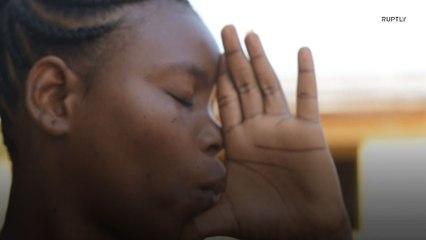 Африканка имитирует звуки саксофона с помощью ладони