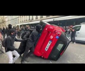 """Des """"antifas"""" renversent et vandalisent la voiture d'un handicapé à la manifestation des soignants"""