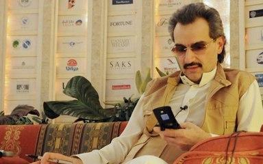 الوليد بن طلال مع حرسه في شوارع الرياض