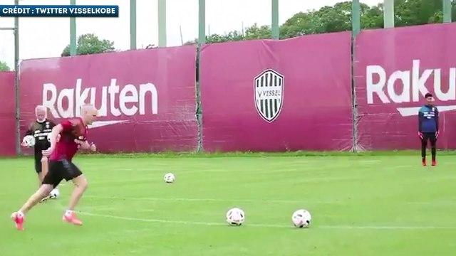 Andrés Iniesta régale sur coup-franc à l'entraînement du Vissel Kobe