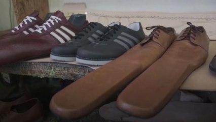 Romeno cria sapatos destinado a manter o distanciamento social