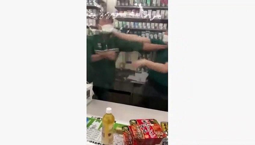 【セブンイレブン】店員同士がレジでつかみ合い!