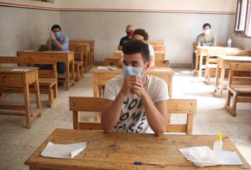 عائلة مرحة تودع ابنها قبل الامتحان بطريقة مبتكرة جداً