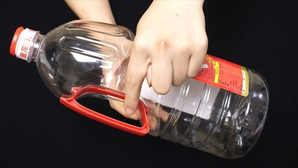 【Waste utilization-plastic oil drums】这种油壶手柄不要扔,把它挂在卫生间,全家人都要抢着用,太棒了