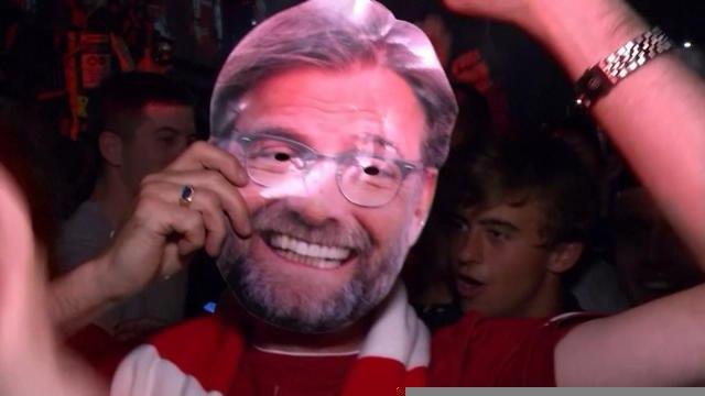 Liverpool - Les fans célèbrent le titre devant Anfield
