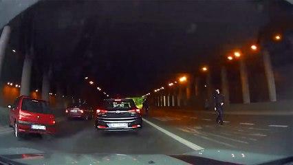 Un policier arrête la circulation pour récupérer un portefeuille et provoque un accident