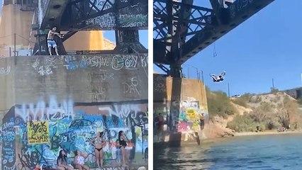 Un homme se rate douloureusement en jouant à tarzan sous un pont