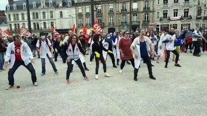 Les personnels soignants font le Haka devant la préfecture de la Sarthe au  Mans