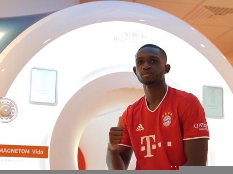Bayern - Kouassi pose avec ses nouvelles couleurs