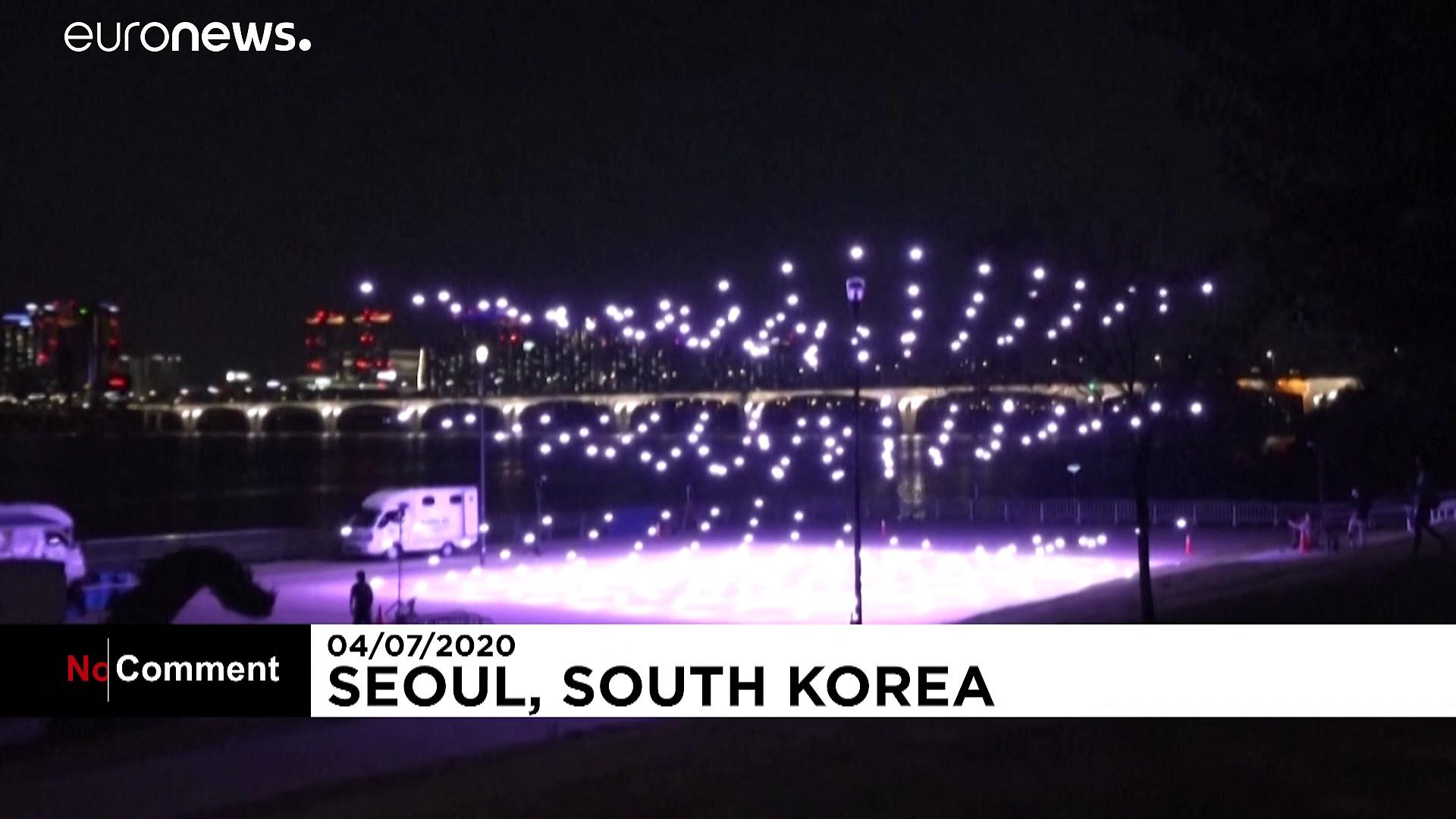 Covid-19 : des messages de prévention illuminent le ciel de Séoul