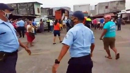 Pelea entre comerciantes y policias en Retalhuleu