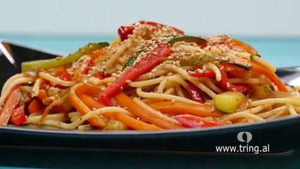 Receta në 2 minuta - Spagetti me perime dhe salcë soje