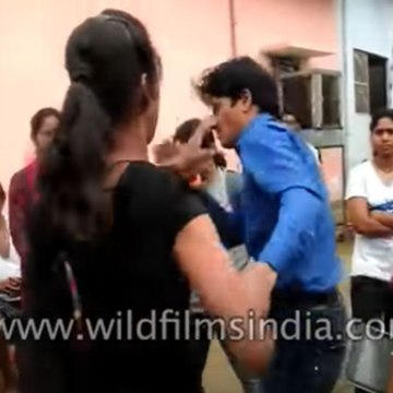 Man taught a lesson by girl for eve-teasing, in Lucknow