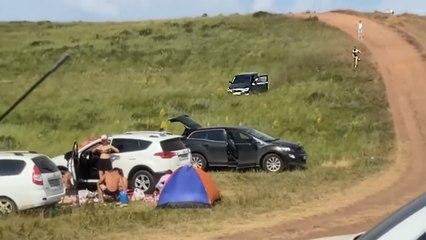 Il s'arrête en plein milieu d'une colline, tombe et sa voiture fonce sur un groupe de campeurs